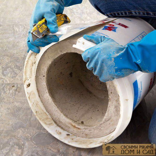 На фото показан процесс извлечение готового вазона из формы