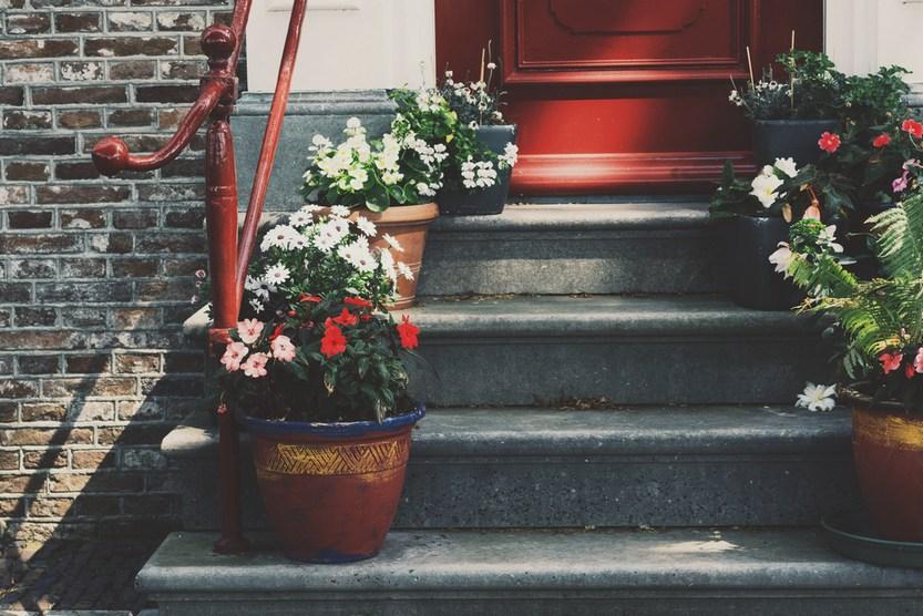 Оформление лестницы цветами