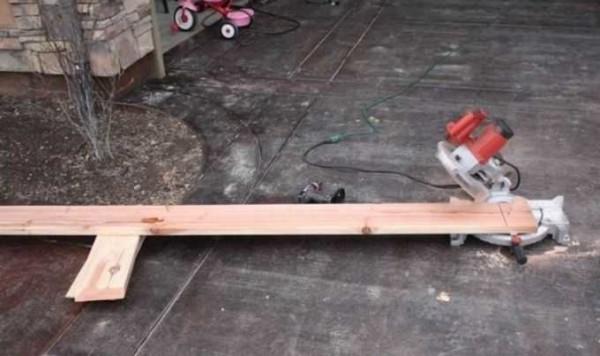 Прибиваем вертикальные бруски чтобы короб был прочным и его можно было вкопать